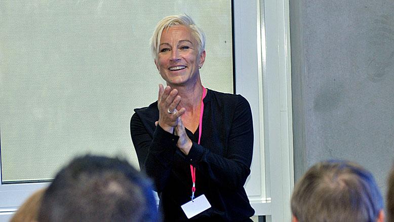 Claudia Tölle freut sich und klatscht in die Hände vor ihrem Publikum