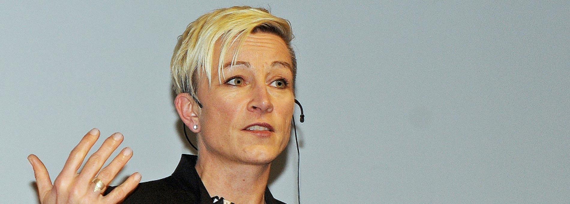 Claudia Tölle hält einen Vortrag mit Headset